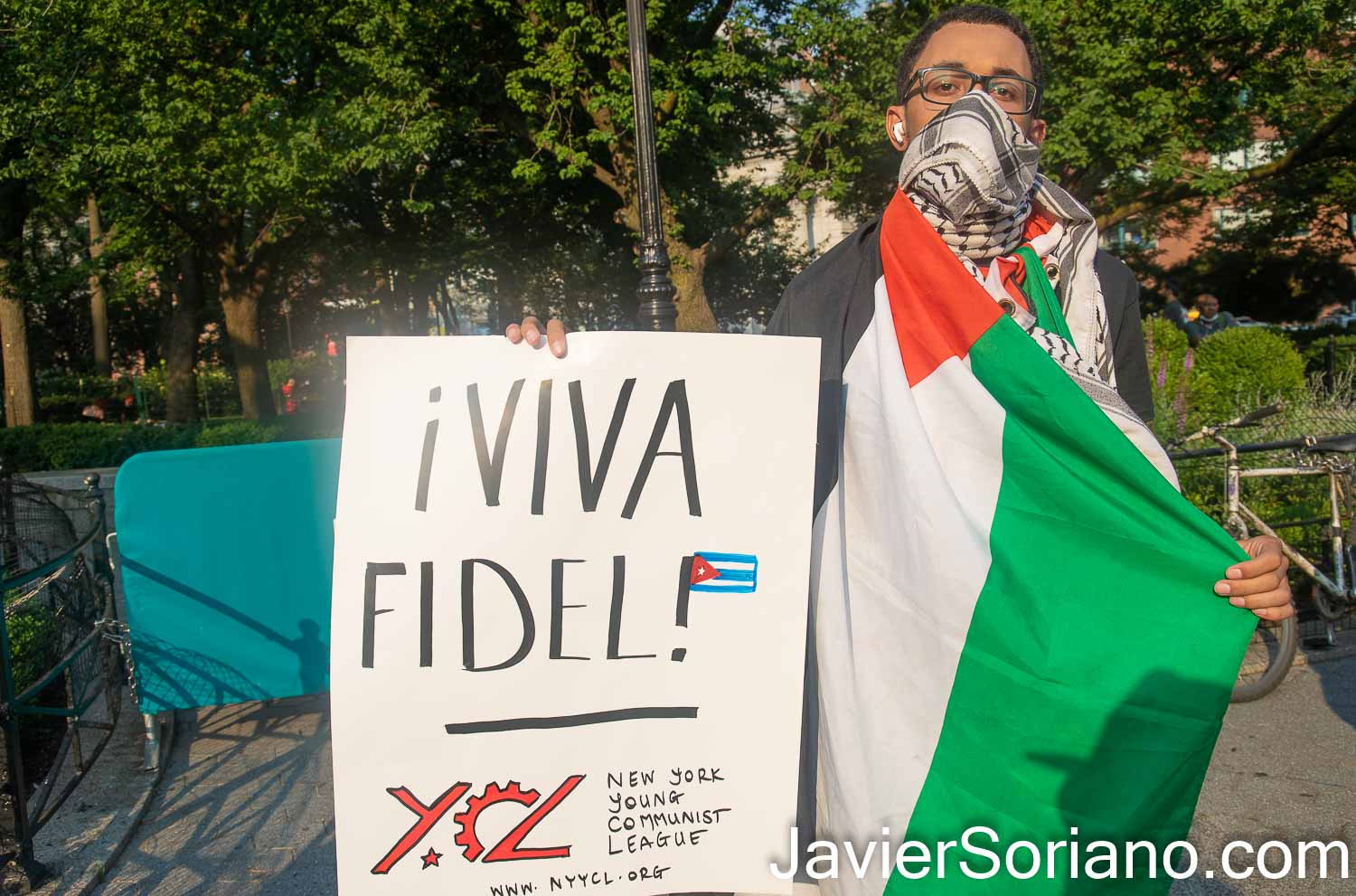 """Thursday, July 15, 2021. Manhattan, New York City - A group of people gathered in Union Square to show solidarity with the Cuban government and the Cuban people. THIS PHOTO: A Palestinian man with the Palestinian flag and a sign that reads, """"¡Viva Fidel!"""" Photo by Javier Soriano/www.JavierSoriano.com"""