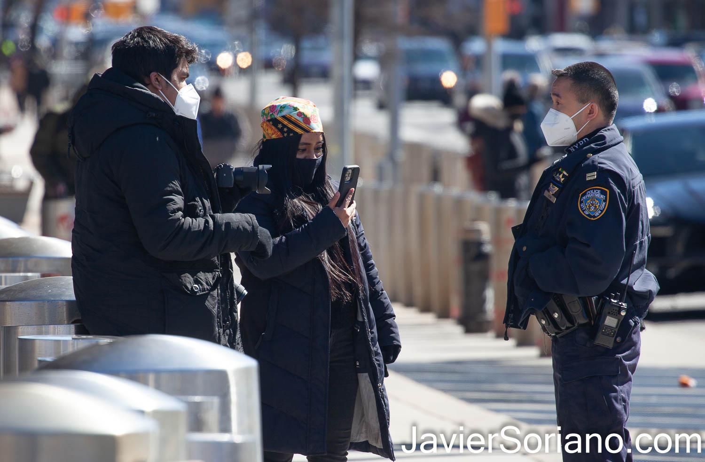 """Domingo 7 de marzo de 2021. Ciudad de Nueva York – El grupo Mexicanos Unidos realizó el mitin y marcha """"NO MÁS NIÑAS Y NIÑOS EN JAULAS"""". Joe Biden y Kamala Harris reabrieron dos campos de concentración de la era Trump para niñas y niños migrantes. Un centro de detención está en Carrizo Springs, Texas y otro centro de detención está en Florida. En esta foto se puede ver a un policía del Departamento de Policía de la ciudad de Nueva York (NYPD por sus siglas en Inglés) acosando a dos personas que esperaban a que empezara el mitin. Foto por Javier Soriano/www.JavierSoriano.com"""